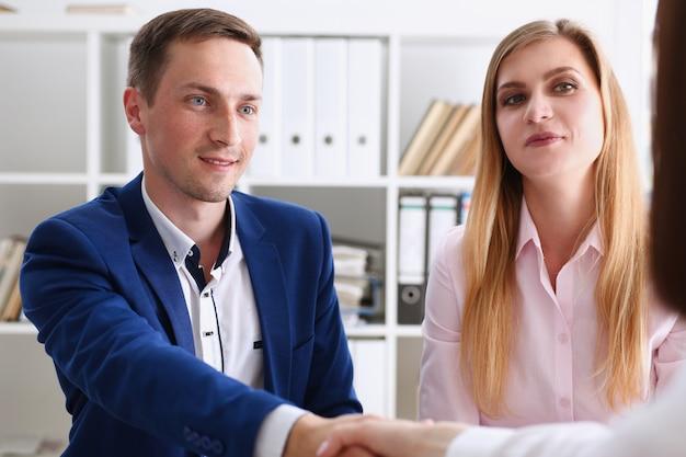 Uśmiechnięty mężczyzna i kobieta uścisnąć dłoń