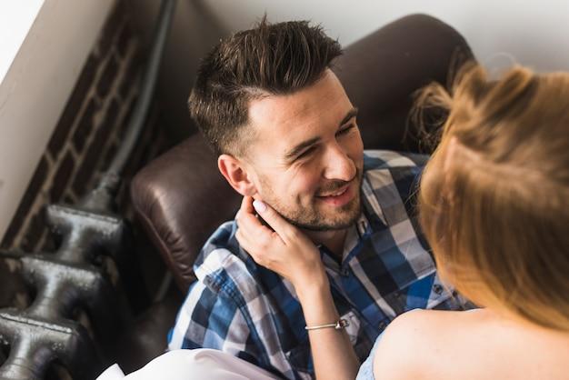 Uśmiechnięty mężczyzna patrzeje kobiety