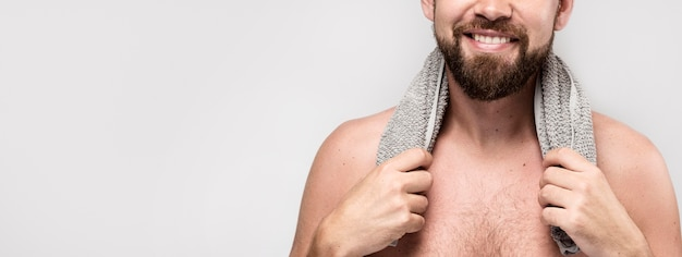 Uśmiechnięty mężczyzna pozowanie bez koszuli z miejsca na kopię