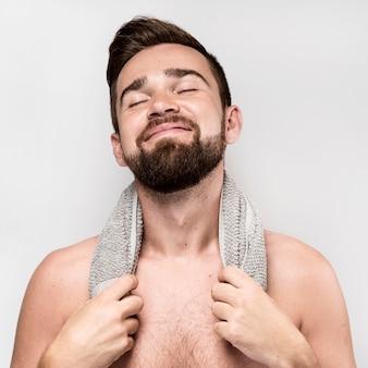 Uśmiechnięty mężczyzna pozowanie bez koszuli