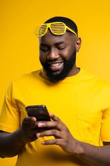 Uśmiechnięty mężczyzna sprawdzanie mobilnych