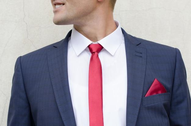 Uśmiechnięty mężczyzna w garniturze