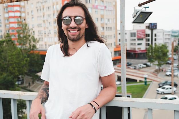 Uśmiechnięty mężczyzna w okularach przeciwsłonecznych cieszy się życie