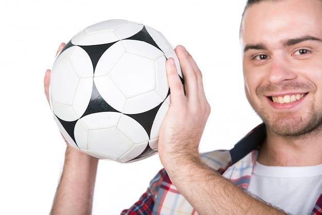 Uśmiechnięty mężczyzna z piłki nożnej piłką odizolowywającą