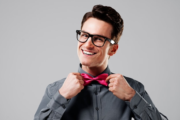 Uśmiechnięty mężczyzna z różową muszką