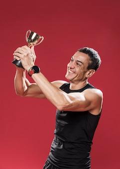 Uśmiechnięty mężczyzna z trofeum