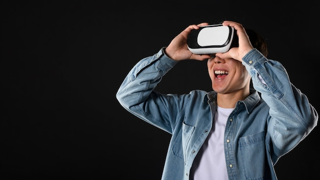 Uśmiechnięty mężczyzna z wirtualnej rzeczywistości słuchawki