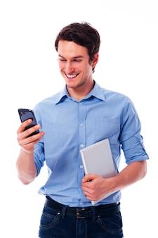Uśmiechnięty mężczyzna za pomocą urządzeń bezprzewodowych