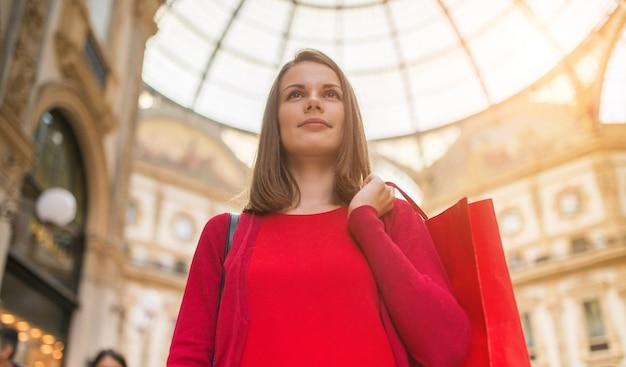 Uśmiechnięty młoda kobieta zakupy w mediolan, włochy