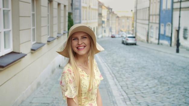 Uśmiechnięty młodej kobiety odprowadzenie na ulicie
