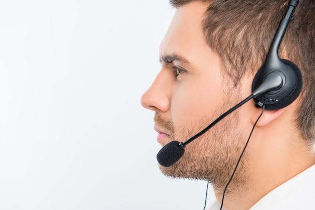 Uśmiechnięty młody agent call center