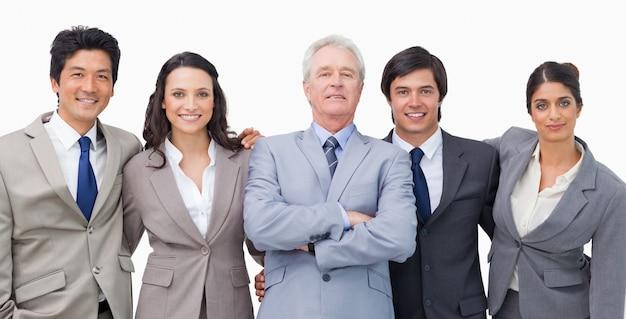 Uśmiechnięty młody businessteam z ich mentorem