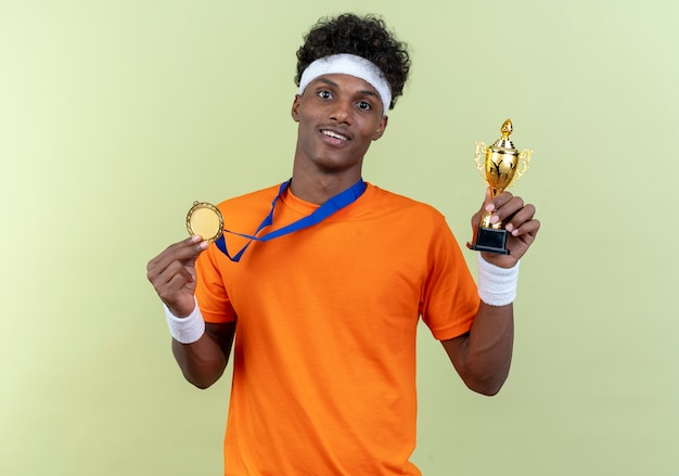 Uśmiechnięty młody człowiek sportowy noszenia opaski