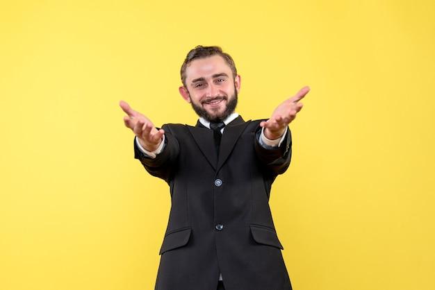 Uśmiechnięty młody człowiek witając swoich partnerów biznesowych
