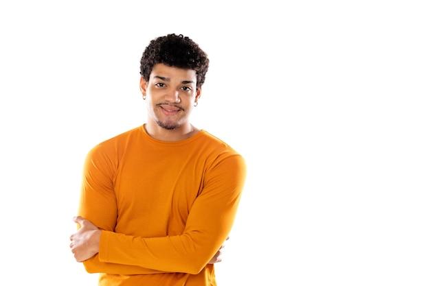 Uśmiechnięty młody człowiek z afro włosami na sobie pomarańczowy sweter na białym tle na białym tle
