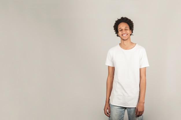 Uśmiechnięty młody człowiek