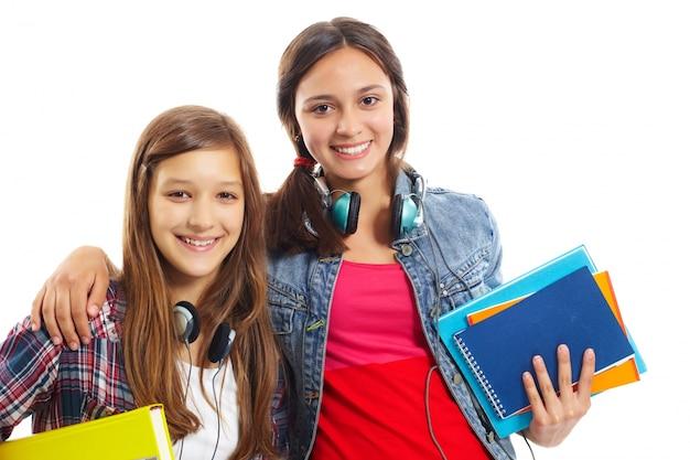 Uśmiechnięty nastolatków ze słuchawkami