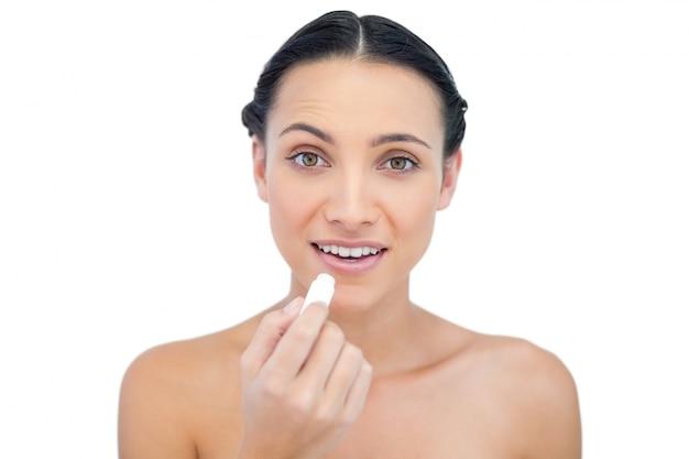 Uśmiechnięty naturalny model za pomocą balsam do ust