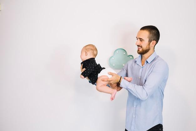 Uśmiechnięty ojciec bawić się z dzieckiem