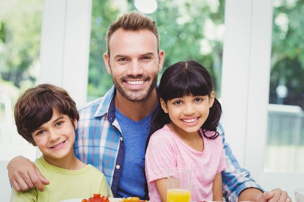 Uśmiechnięty ojciec i dzieci