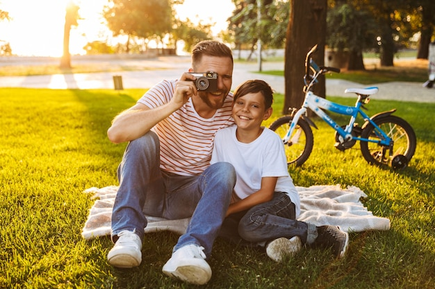 Uśmiechnięty ojciec i jego syn, wspólna zabawa