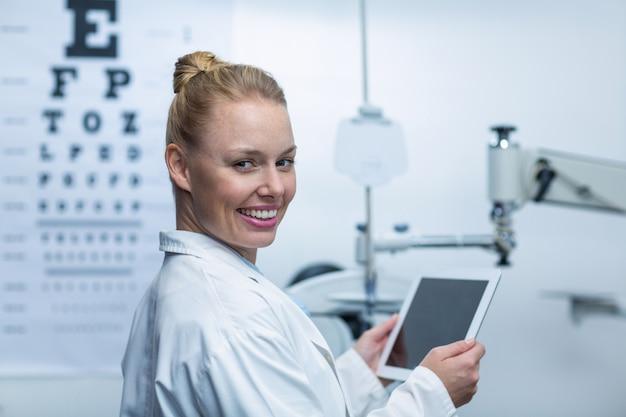 Uśmiechnięty okulista za pomocą cyfrowego tabletu
