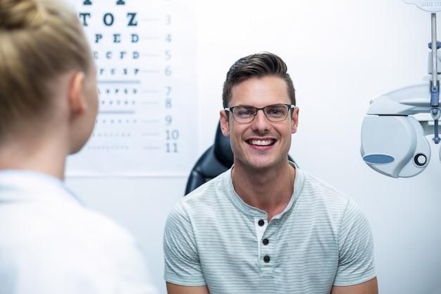 Uśmiechnięty pacjent w klinice okulistycznej