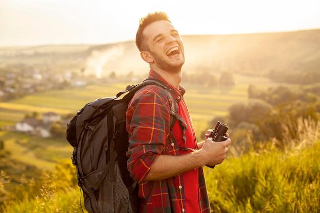 Uśmiechnięty podróżnik z lornetką