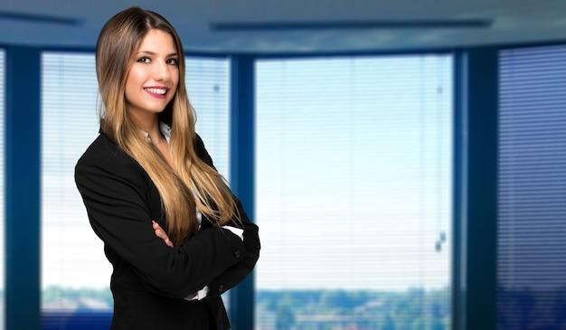 Uśmiechnięty portret bizneswoman w nowoczesnym biurze