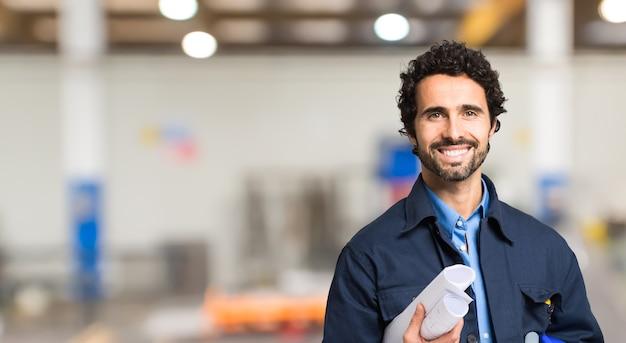 Uśmiechnięty portret pracownika mechanicznego