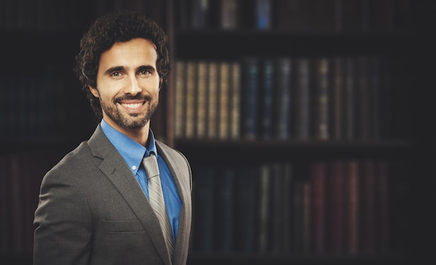 Uśmiechnięty portret prawnika