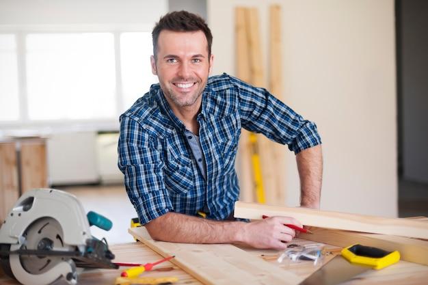 Uśmiechnięty pracownik budowlany w pracy