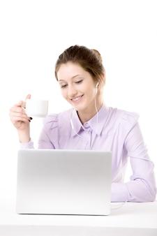 Uśmiechnięty pracownik oglądania wideo