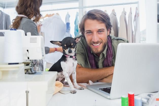 Uśmiechnięty projektant mody z jego chihuahua