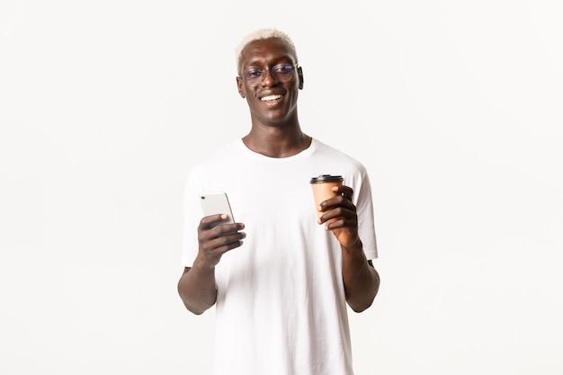 Uśmiechnięty przystojny facet afroamerykanin w okularach