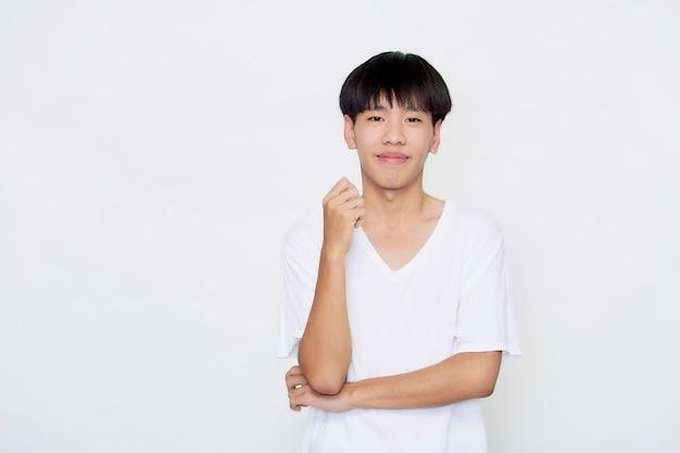 Uśmiechnięty przystojny mężczyzna w przypadkowej białej koszulce