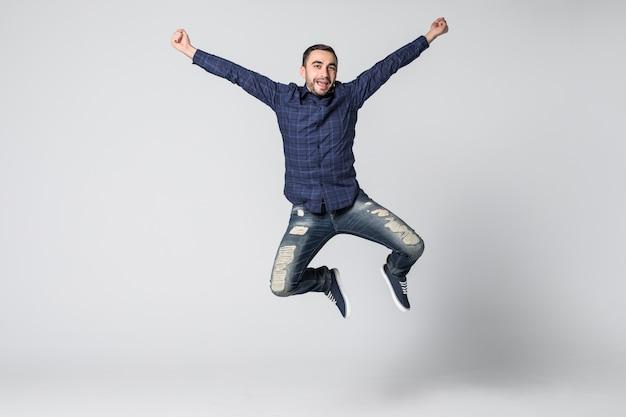 Uśmiechnięty radosny mężczyzna skoki na białym tle na białym tle