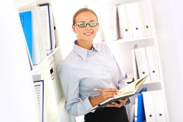 Uśmiechnięty sekretarz z otwartym notebookiem