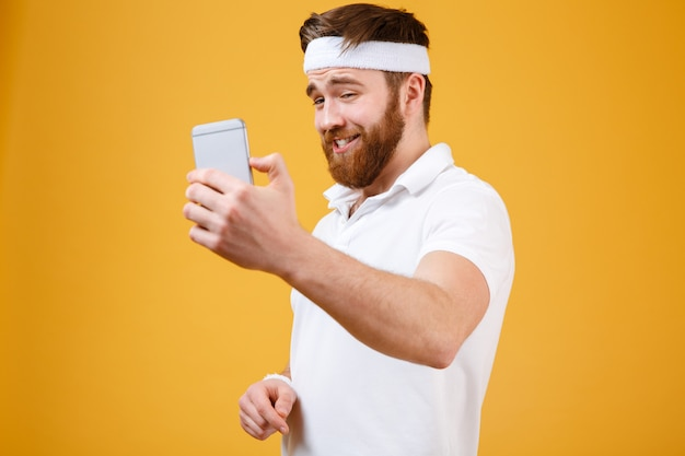 Uśmiechnięty sportowiec robi selfie