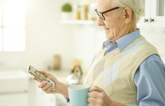 Uśmiechnięty starszy mężczyzna kontaktujący się ze swoim terapeutą przez internet