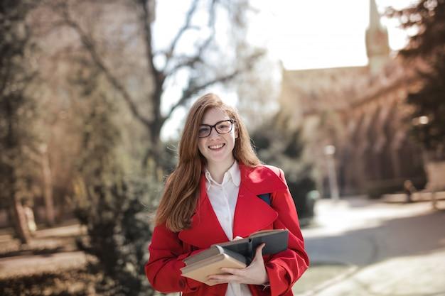 Uśmiechnięty student uniwersytetu