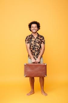 Uśmiechnięty szczęśliwy afro amerykański mężczyzna w lecie odziewa