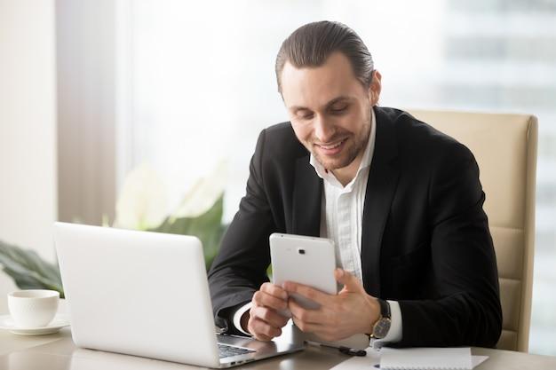 Uśmiechnięty szczęśliwy biznesmen