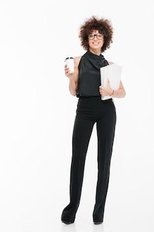 Uśmiechnięty szczęśliwy bizneswoman w formalnej odzieży