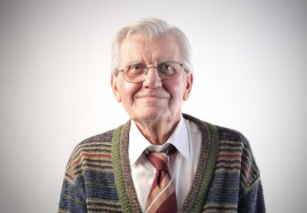 Uśmiechnięty szczęśliwy starszy mężczyzna