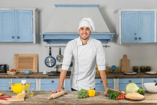 Uśmiechnięty szef kuchni w kuchni