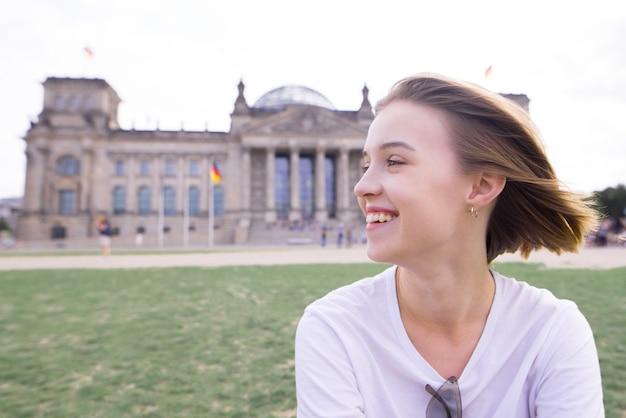 Uśmiechnięty uczeń na tle architektury europejskiej