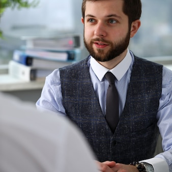 Uśmiechnięty urzędnik biznesmen na spotkaniu