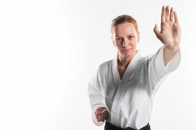 Uśmiechnięty wojownik robi karate pozie
