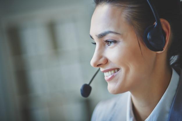 Uśmiechnięty wykonawczy przy użyciu zestawu słuchawkowego